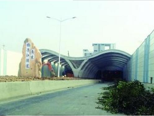 纬三路过江通道工程位于南京长江大桥上游约5公里